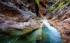 Der gut ausgebaute Steig durch die Almbachklamm bietet aufregende Ausblicke auf den tosenden Wildbach mit seinen Wasserfällen und riesigen Gumpen.