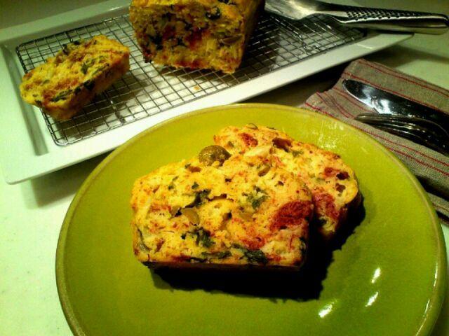 明日の朝食。セロリのスライスと缶詰のコンビーフ、グリュエールチーズのすりおろしたのをたっぷり入れました。 - 156件のもぐもぐ - セロリとコンビーフのケークサレ by MakiHiro