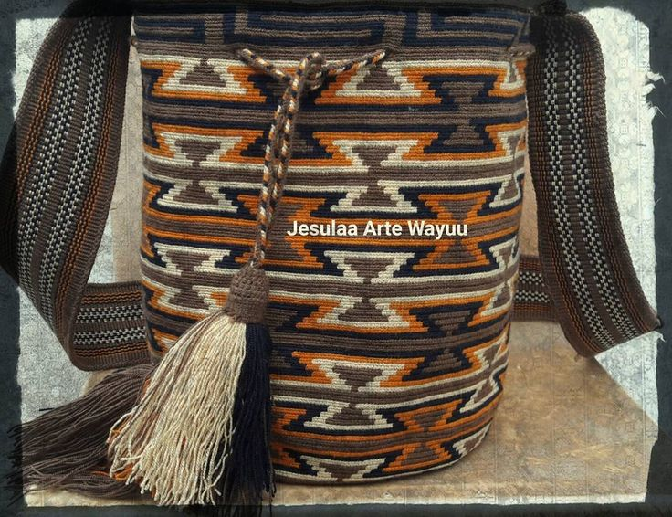 18 отметок «Нравится», 1 комментариев — Jesulaa Arte Wayuu (@jesulaa_artewayuu) в Instagram: «Hermosa mochila wayuu en tonos tierras, complementado con un diseño geometrico ancestral wayuu…»