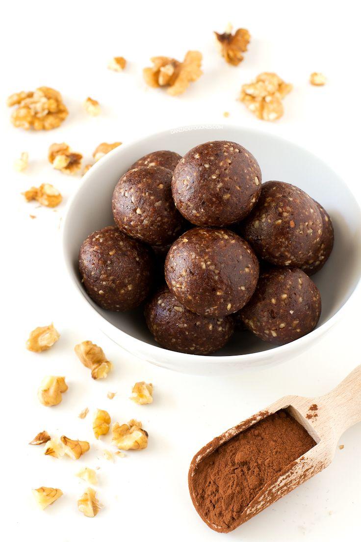 Para hacer estas trufas crudiveganas de cacao sólo necesitas 3 ingredientes. Son el snack o el postre perfecto porque son muy sanas y están deliciosas.