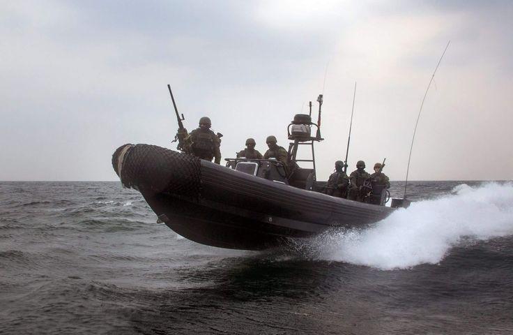 Das Special Boat Team bringt das Zugriffsteam mit einem RHIB zum Einsatzort.   (Foto: Bundeswehr/ Andrea Bienert)  #GermanNavySeals #Bundeswehr #Germany #Kampfschwimmer #Frogmen #Marine #KSM #SpecialForces