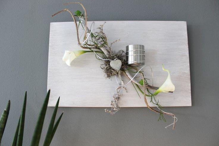 WD58 – Außergewöhnliche Wanddeko! Holzbrett, bebeizt und weiß gebürstet, dekoriert mit natürlichen Materialien, künstlichen Callas, einem Herz und einem Teelichthalter aus Edelstahl! Passend zu unserer Tischdeko! Preis 44,90€ – Größe 30x50cm