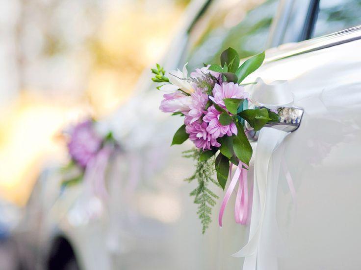 Das Auto dekorieren: Wir haben Ihnen tolle Schmuckideen für Ihr Hochzeitsauto zusammengestellt. http://www.fuersie.de/diy/hochzeit/artikel/diy-hochzeits-autoschmuck