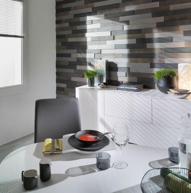 Un lambris façon parement dans la pièce à vivre, Lambris Relief en pin des Landes, Parement bois adhésif aux finitions modernes Sables/Ebène ou Carbone/Gris, Lapeyre, 49.90 le m²