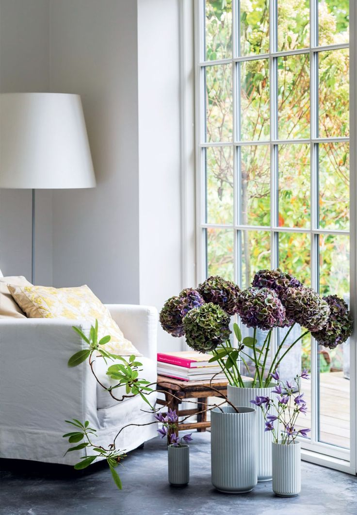Skulpturelle vaser med hortensiaer