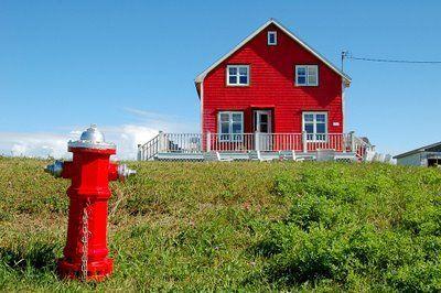 Maison rouge aux Iles de la Madeleine.
