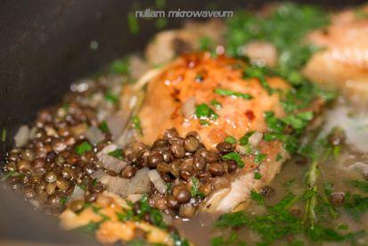 In de oven gegaarde kip met groene linzen