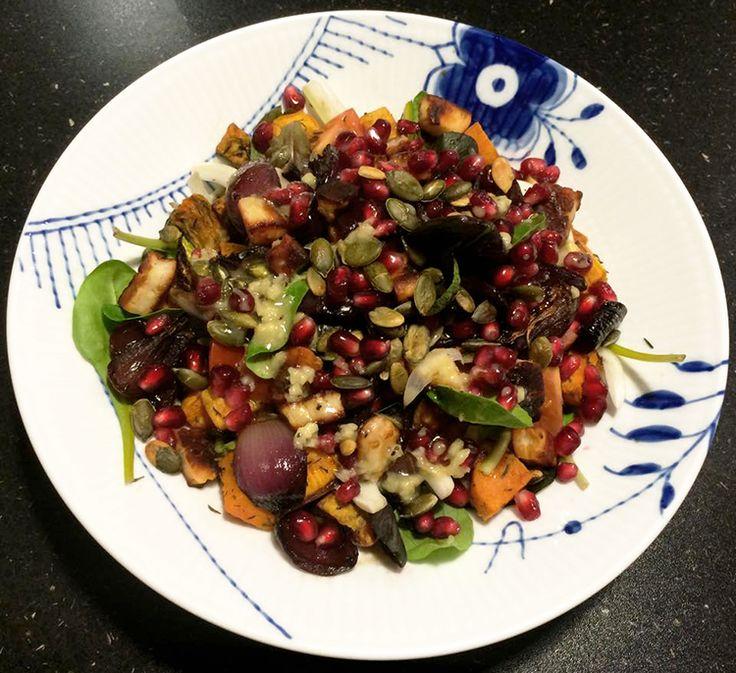 Fyldig salat med bagt sød kartoffel, frisk spinat, fennikel, cherrytomater, bagte rødløg, sprødstegt halloumi ost, ristede græskarkerner og en sød honning vinaigrette.