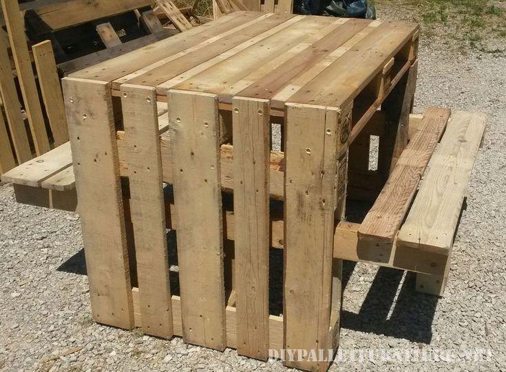 Table de pique-nique avec des tabourets construit en utilisant des palettes 2