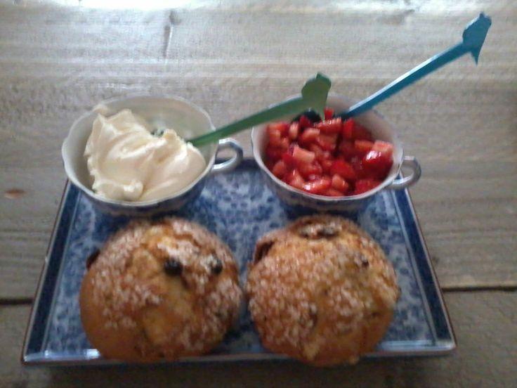 Kwarkbol, aardbeien salsa en zure room. Ontbijt bij B&B Noordwijk Binnen