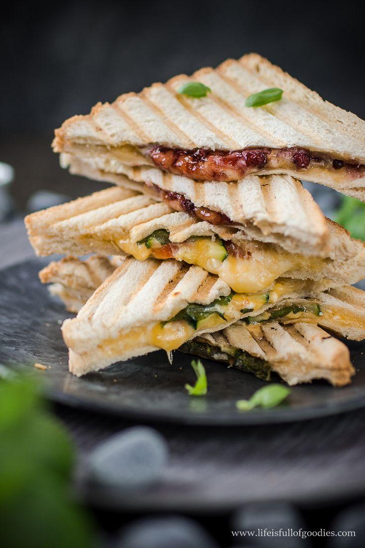 Es gibt Grilled Cheese Sandwiches - süß und herzhaft! Wer kann zart schmelzendem Käse in leckerer Füllung und krossem Toastbrot schon widerstehen...