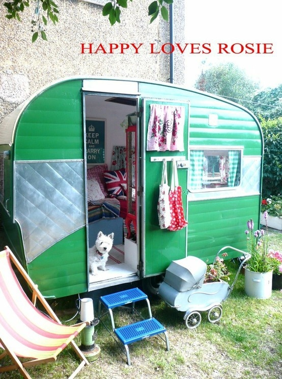 looks so cozy! <3Guest Room, Vintage Trailers, Green, Guest House, Camps, Vintage Caravans, Vintagecaravan, Airstream Trailers, Vintage Campers