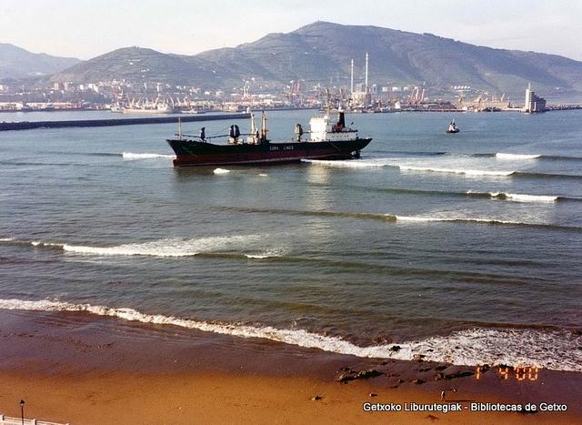 Rilos, embarrancado en la playa de Ereaga, diciembre de 1999 (Cedida por Santos Cajigas) (03427)