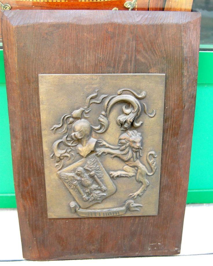 Tavola in rovere con placca in bronzo e stemma con leone, araldica primo '900