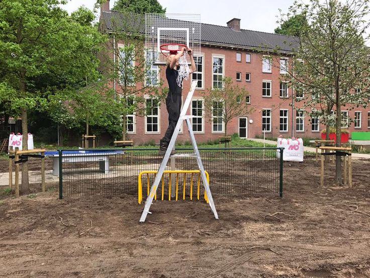 Montage-foto van 1 van onze basketbalpalen model Classic en ook het gele voetbaldoel hebben we geplaatst.