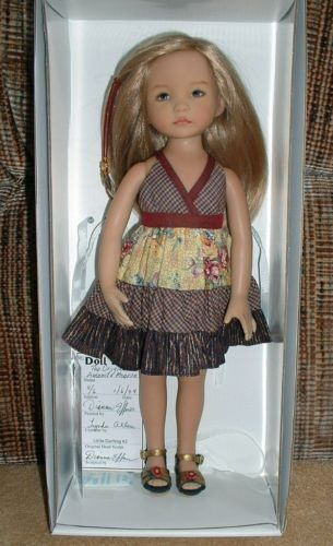 elle a été peinte par Dianna Effner elle est en édition limitée 4ème sur 6 la voici dans sa tenue originale la voici vêtue ci dessous dans une robe que porte les Paola Reina de Ruth Treiffesen