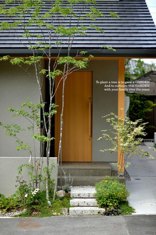 Japanese small front garden, natural wood and plaster