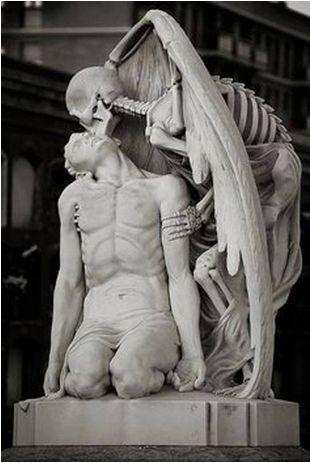 Il-bacio-della-morte-inquietante-statua-nel-cimitero-di-Poblenou-di-Barcellona.
