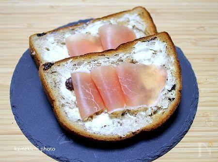 神戸屋さんの「円熟 くるみ&レーズン」パンをトースターで少し焼いて  クリームチーズ塗ってトースターで焼いて生ハム乗せて食べました。