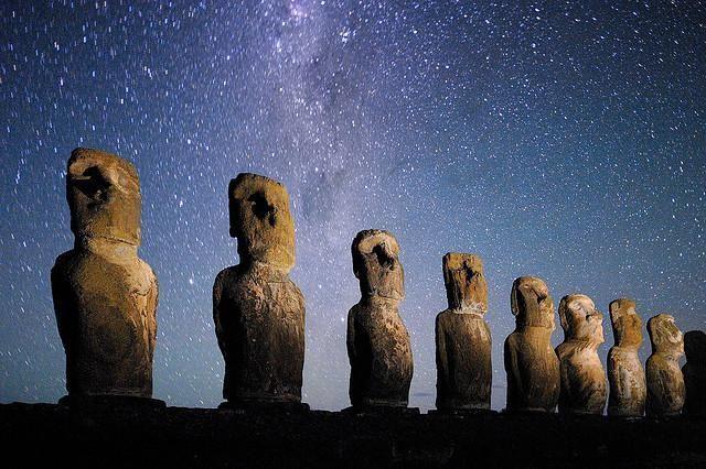 【チリ】イースター島。南米チリ領の太平洋上にある絶海の孤島。島内にはモアイ像と呼ばれる凝灰岩でできた巨大な石造彫刻が未完成も含め約1000体あり、最大級のものは高さ20m、重量は90トンに達する。