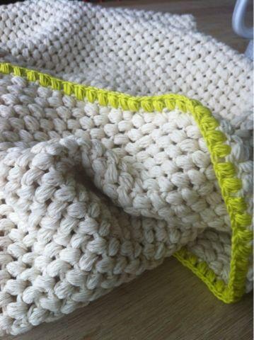 Babytæppe med store, bløde masker. Baby blanket in big, soft stitches.