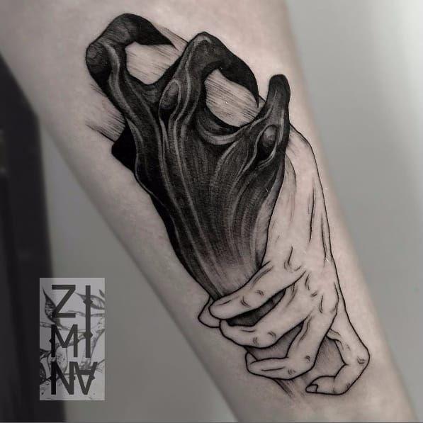 Tatuaje de 2 manos engarzadas, blanca y negra con uñas puntiagudas