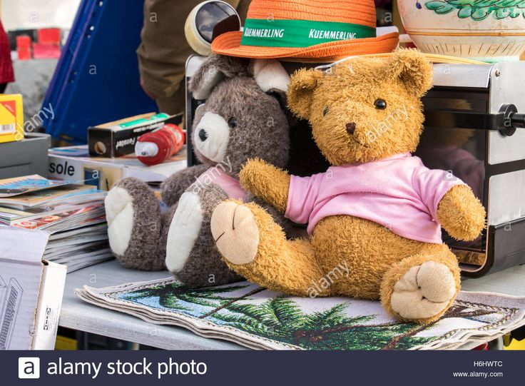 http://de.alamy.com/stock-photo-toys-and-other-objects-are-sold-on-the-flea-market-in-berlin-wittenau-124553980.html?pv=1