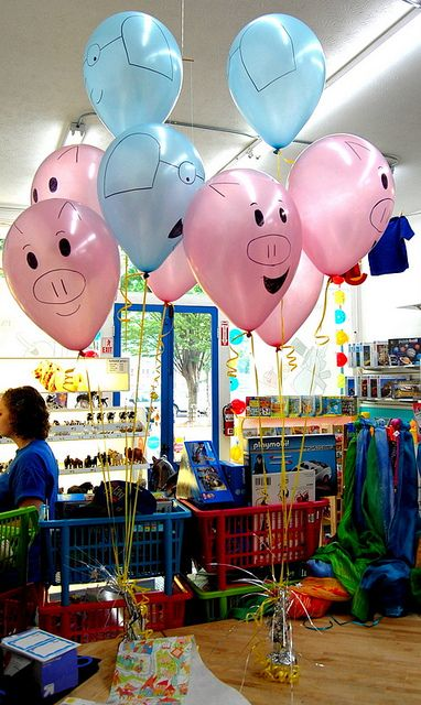 Elephant and Piggie Balloons - Must do this. Immediately so that going back to work after the tech conference and my little outing (and the food poisoning) is not so ... :X