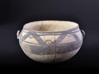 Vasija de cerámica con motivos geométricos