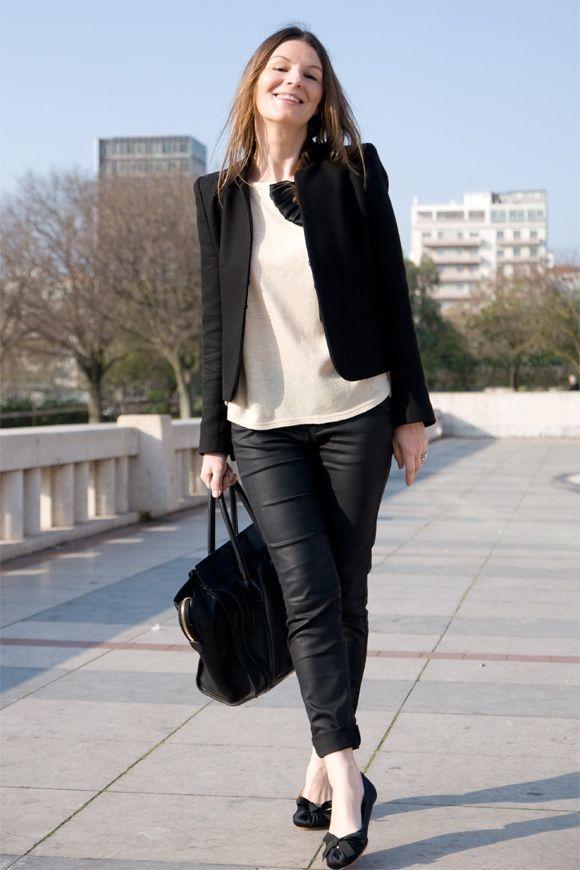 Une tenue simple et formelle pour aller travailler. La veste à épaulette  est stricte sans