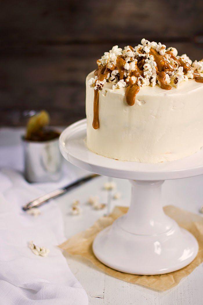 Suolakaramelli-popcornkakku – Yummy Baker (sisältö jotain muuta, mutta koristeluidea tämä + tähtikoristetikkuja)