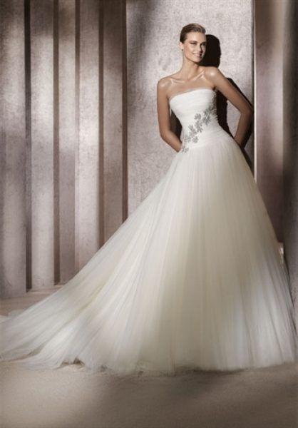 Rochie de mireasa cu flori brodate si tul elegant.