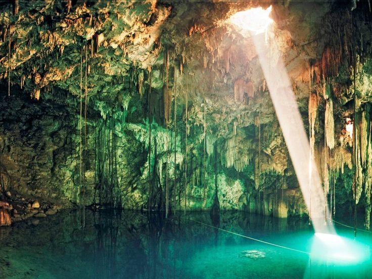 """Χερσόνησος Cenotes, Σπήλαιο Yucatán, Μεξικό. Το Μεξικό έχει πολλές φυσικές ομορφιές αλλά ίσως η πιο ιδιαίτερη είναι υπόγεια και βρίσκεται στη χερσόνησο Cenotes όπου έχουν δημιουργηθεί από πτώση ασβεστόλιθου, πολλές φυσικές """"κολυμπήθρες"""". Τα νερά είναι δροσερά και διαυγή τόσο που βλέπεις τα ψάρια κάτω από τα πόδια σου και σε συνδυασμό με τα αμπέλια που κρέμονται στους βραχώδεις τοίχους δημιουργούν ένα ονειρικό σκηνικό."""