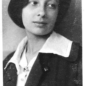 """Margarete Schutte-Lihotzky è una delle prime donne architetto europee, una """"madre"""" dell'architettura moderna, il cui lavoro è finalizzato in particolare al miglioramento della condizione delle donne. «…Vidi che ogni millimetro disegnato aveva un significato e si realizzava qualcosa che avrebbe influenzato l'ambiente quotidiano dell'uomo…»"""