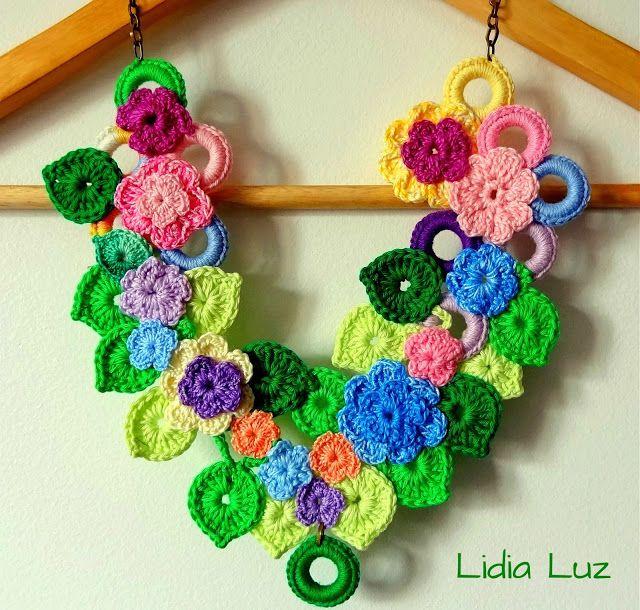 Lidia Luz: Flores no canteiro, colar de crochê