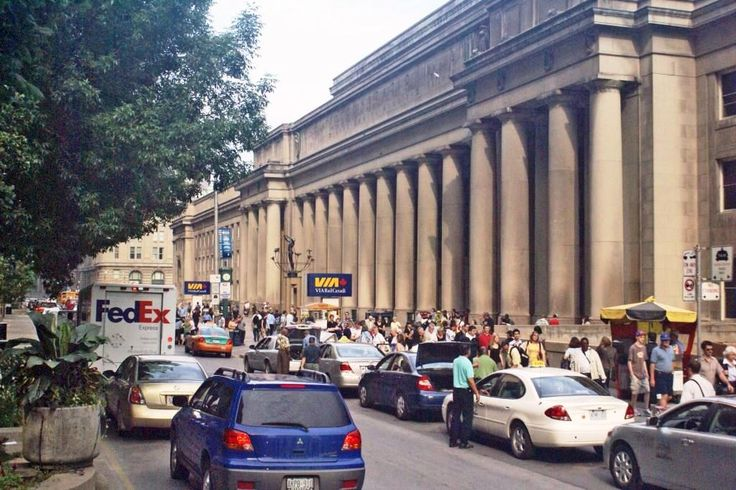 Toronto Union Station - main facade with Summer traffic (photo: Dave Melnychuk)