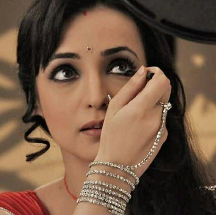 Parvati putting on mascara #SanayaIrani #Rangrasiya