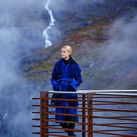 Designer Elisabeth Stray Pedersen overtok det tradisjonsrike firmaet Lillunn i 2015. Med sin sterke formsans skal hun nå føre bedriften videre. Lillunn ble stiftet i 1953, og kolleksjonene består av pledd, interiørartikler, kåper og tilbehør. Alt er i 100% ull og veves fortsatt på de originale maskinene. Lillunn → B03-24  @lillunn_no @elisabethsp #norskdesign #norskprodukjon #returnofcosy #oslodesignfair  Foto: Produsenten