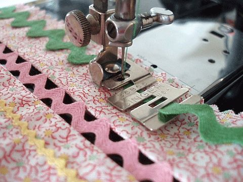 Tão fácil coser com este pé da singer - fitas em zig zag. OH MY GOODNESS! How to easily sew Rick Rack! Tutorial em: http://www.april1930s.com/html/singer_edge_stitcher_attachmen.html