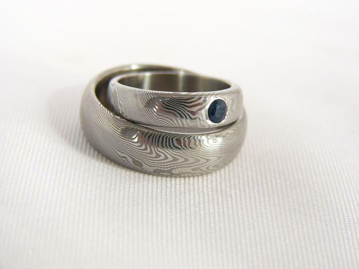 Snubní prsten Theodéndur Do detailu zpracované snubní prsteny s výrazným a originálním vzorováním. Možno vyrobit na zakázku s podobnými parametry, vzor bude opět specifický. Osadit lze diamantem či jinými drahými kameny.
