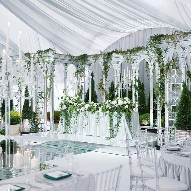 Мы очень любим свадьбы в шатрах. Они, как чистый холст для наших идей.  Wedding planner @caramelwedding Decor @mezhdu_nami_ Photo @elenapavlovaphoto #caramelwedding