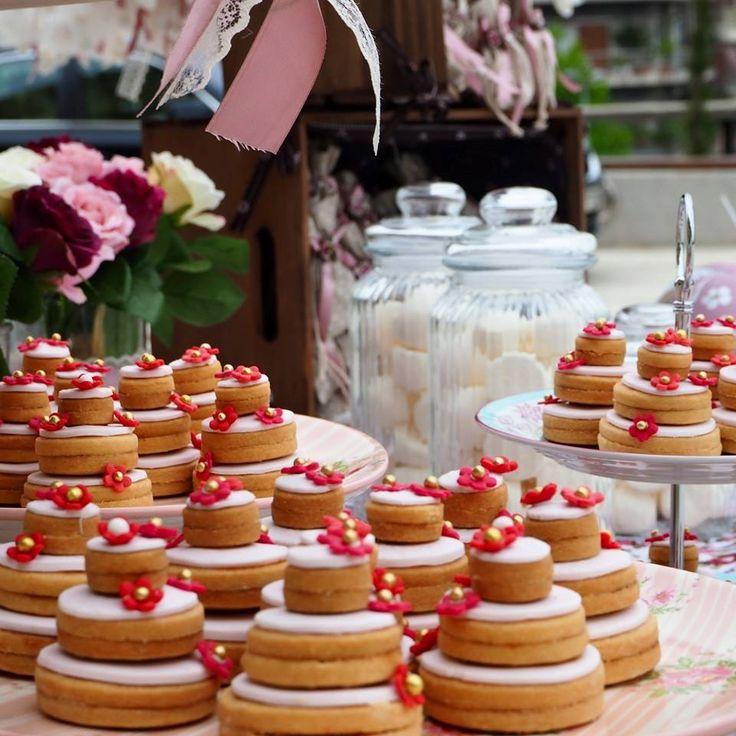 Μίνι ροζ τούρτες από μπισκότα βανίλιας για την βάφτιση της πιο γλυκιάς Κασσιανής! Καλότυχη να είναι η μικρή νεράιδα!