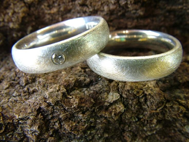 Freundschafts-, Verlobungs-oder Eheringe. Angenehmer Tragekomfort durch abgerundete Ringschienen. Die Ringe sind eisgekratzt. In einem sitzt ein ...