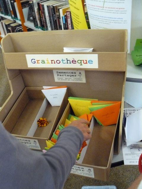En Pays de Brest, les grainothèques poussent bien http://www.bretagne-creative.net/article507.html - La grainothèque de la médiathèque de Plouzané