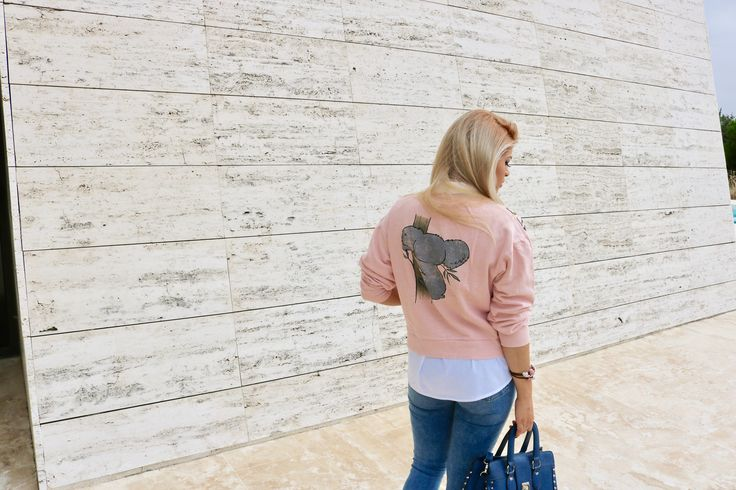 franci love, sudadera de la tienda BERSHKA, camisa sin manga blanca básica de la tienda STRADIVARIUS.