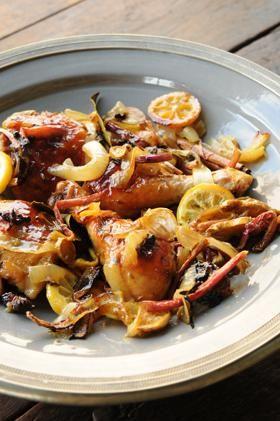 Colocar el pollo con todos los ingredientes en una fuente de horno y mezclarlo bien.