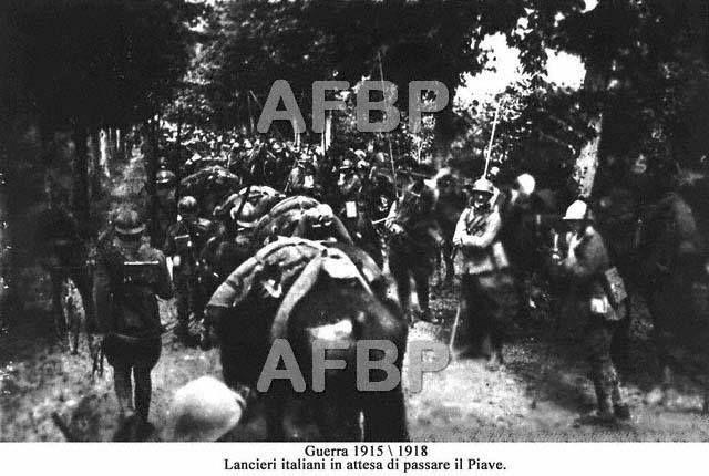 Lancieri italiani in attesa di passare il Piave