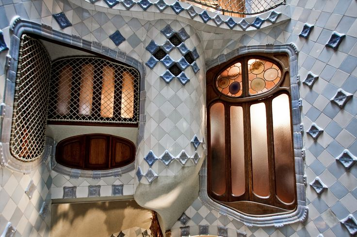 Casa Batlló, cavedio interno by Marco via flickr