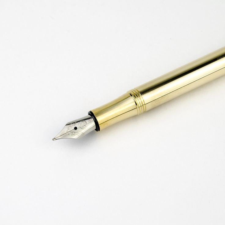 Ce stylo liliputien Kaweco, discret et joliment proportionné possède un design sobre et soigné. Fabriqué en Allemagne et finalisé à la main, le corps est entièrement réalisé en laiton massif. Son poids et sa prise en main lui confère un véritable confort d'écriture. Ainsi avec l'usage et le temps, l'objet va vieillir naturellement et se patinera peu à peu pour rendre cet objet unique à vos yeux.   Petit et fin, pratique au quotidien il s'agit d'une très belle idée de cadeau.