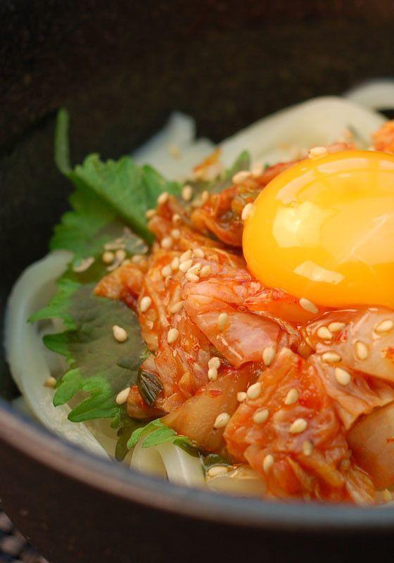 一年中楽しめる♩時短でおいしいうどんのレシピまとめ - macaroni ▶1、ピリ辛♪キムチ釜玉うどん